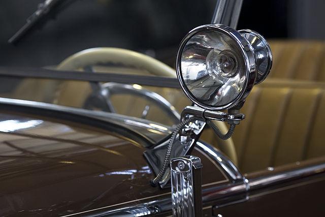 640px-Mercedes_Benz_370_'Mannheim'_sportcabriolet_1932_headlight_-_1382