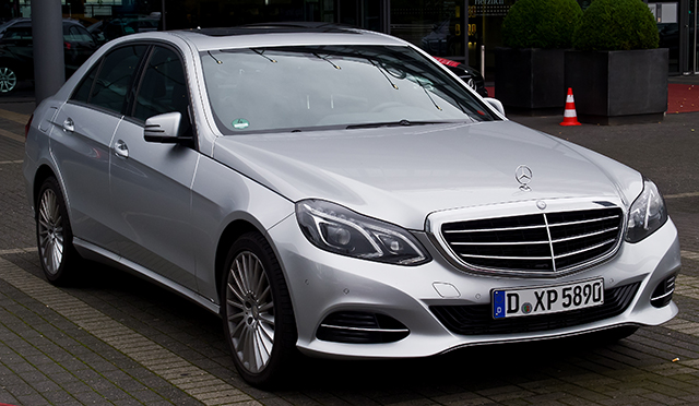 Mercedes-Benz_E_220_CDI_Elegance_(W_212,_Facelift)_–_Frontansicht,_30._August_2014,_Düsseldorf